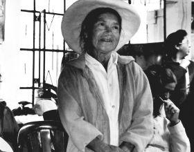 Mujer campesina asiste a uno de los talleres.
