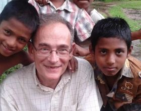 Eugenio Sanz con algunos de los niños de Gyasnogor en Bangladesh