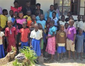 Estos niños tienen aulas nuevas para seguir estudiando.