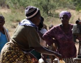 Mujeres sacando agua de un pozo