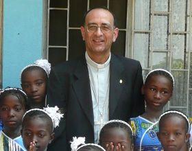 Monseñor Omella durante su viaje a Mozambique, donde visitó los proyectos que allí apoya Manos Unidas. Foto: Manos Unidas/Marta Peláez