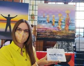 """Anna de Riga, autora de """"Camino de sed"""", primer premio de Manos Unidas Valencia en la exposición solidaria."""