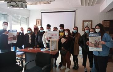 Los alumnos del centro educativo María Auxiliadora Fuencarral entregan su donativo a Manos Unidas Madrid