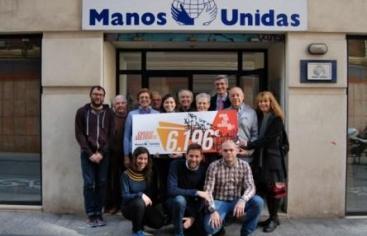 Entrega del cheque solidario en la sede de Manos Unidas Valencia.