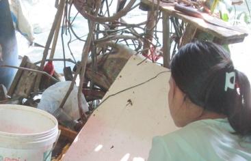 Mee Mee trabaja limpiando mejillones