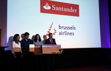 La ganadora del Festival de Clipmetrajes recibe su premio. Foto:Irene H-Sanjuán