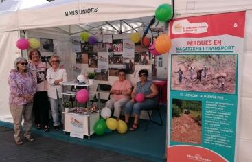 Teresa Gisbert  y otras colaboradoras de Mans Unides Vilanova, presents al stand de l'ong