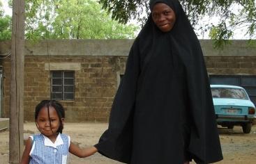 Una niña acude al colegio acompañada por su joven madre en el norte de Nigeria. Foto:Manos Unidas/Marta Ynaraja