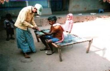 Atención a enfermos de malaria en India