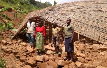 Familia afectada por las inundaciones en Ruanda