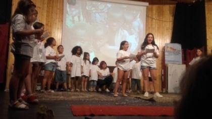 El grupo de niños/as de catequesis actuando