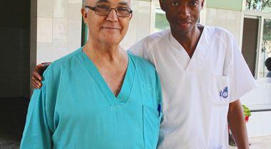 Manuel en el patio central del Hospital de Mabesseneh. Foto: http://sierraleonehsjdbcn.org