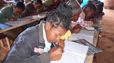 Alfabetización en Madagascar. Foto: Manos Unidas/Macarena Aguirre