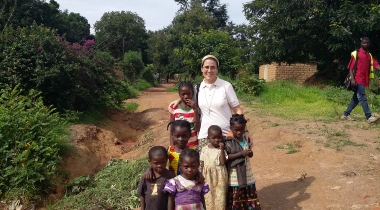 Victoria Braquehais posa sonriente con unas niñas (Foto: Manos Unidas)
