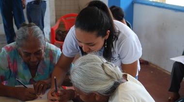 Diana Marcela Torres con personas migrantes de Colombia. Foto: Manos Unidas/JRS