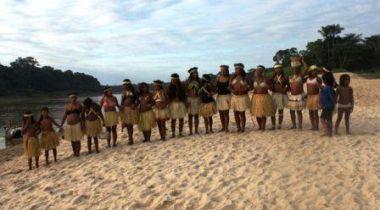 Indígenas celebrando un encuentro