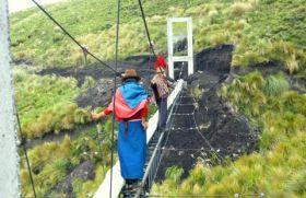 Mujeres en un paso elevado. Ecuador