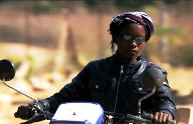 Fanta con su moto en Senegal
